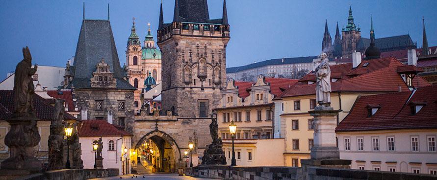 Sakralumu ir ramybe dvelkianti bažnyčių naktis Prahoje